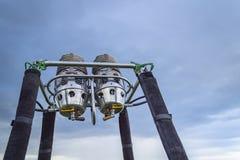 Ballonggasgasbrännare mot blå molnig himmel royaltyfri bild