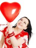 ballonghjärtaholding över le valentinkvinna Royaltyfria Bilder