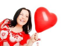 ballonghjärtaholding över valentinkvinna Arkivbilder