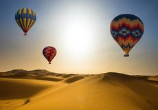 Ballonglandskap för öken och för varm luft på soluppgång arkivbild