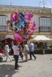 Ballongsäljare på ett byparti i Spanien royaltyfri foto