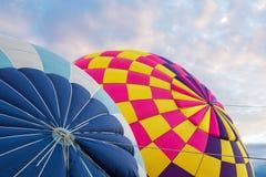 Ballons à air chauds étant gonflés à la fiesta internationale de ballon à Albuquerque, Nouveau Mexique image libre de droits