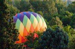 Ballons à air chauds étant gonflés pour se préparer à un lancement de début de la matinée photographie stock libre de droits