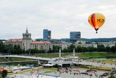 Ballons à air chauds au centre de la ville de Vilnius Image stock