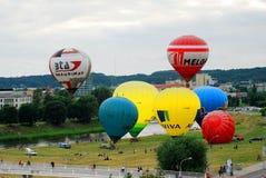 Ballons à air chauds au centre de la ville de Vilnius Images libres de droits