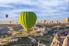Ballons à air chauds au coucher du soleil au-dessus de la vallée de l'amour Image libre de droits
