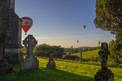 Ballons à air chauds au-dessus d'église Image libre de droits