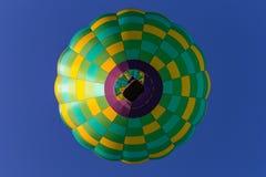 Ballons à air chauds au-dessus d'église Photographie stock