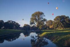 Ballons à air chauds au-dessus d'église Photos stock