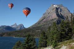 Ballons à air chauds au-dessus d'horizontal montagneux photo stock