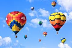 Ballons à air chauds au-dessus de ciel bleu images stock