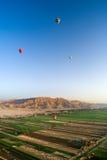 Ballons à air chauds au-dessus de la vallée des rois, Egypte Photo libre de droits