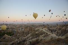 Ballons à air chauds au-dessus de paysage accidenté chez Cappadocia photos libres de droits