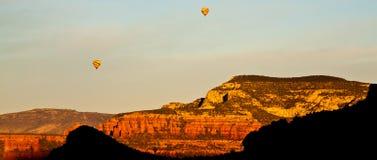 Ballons à air chauds au-dessus de Sedona Images libres de droits