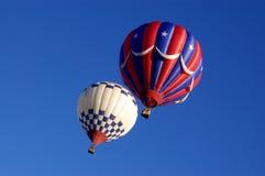 Ballons à air chauds blancs et bleus rouges Image libre de droits