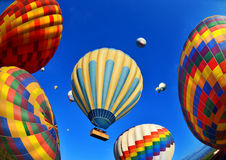 Ballons à air chauds colorés contre le ciel bleu Images stock