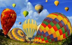Ballons à air chauds colorés contre le ciel bleu Image stock