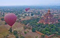 Ballons à air chauds colorés volant au-dessus de Bagan, Myanmar Images stock