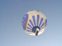 Ballons à air chauds colorés volant au-dessus de Cappadocia Image stock