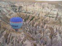 Ballons à air chauds colorés volant au-dessus de Cappadocia Images libres de droits