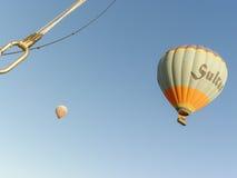 Ballons à air chauds colorés volant au-dessus de Cappadocia Photographie stock libre de droits