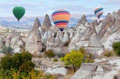 Ballons à air chauds colorés volant au-dessus de Cappadocia, Turquie Image stock