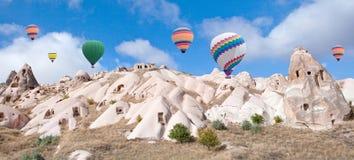 Ballons à air chauds colorés volant au-dessus de Cappadocia, Turquie Photographie stock