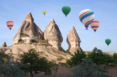 Ballons à air chauds colorés volant au-dessus de Cappadocia, Turquie Image libre de droits