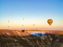 Ballons à air chauds colorés volant au-dessus de la vallée chez Cappadocia Photo libre de droits
