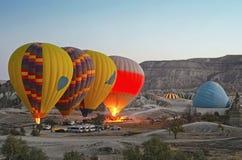Ballons à air chauds colorés volant au-dessus de la vallée chez Cappadocia Image libre de droits