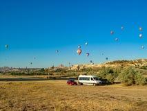 Ballons à air chauds colorés volant au-dessus de la vallée de Cappadocia images libres de droits