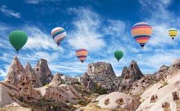 Ballons à air chauds colorés volant au-dessus de la vallée de pigeon dans Cappadocia, Turquie Photos libres de droits