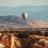 Ballons à air chauds colorés volant au-dessus de la vallée rouge chez Cappadocia, Images libres de droits