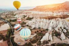 Ballons à air chauds colorés volant au-dessus de la vallée rouge chez Cappadocia, Photos libres de droits