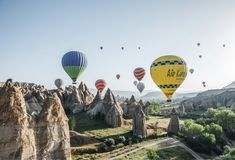 ballons à air chauds colorés volant en ciel au-dessus des formations de roche majestueuses dans le cappadocia célèbre, dinde Ð' image libre de droits