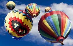 Ballons à air chauds dérivant vers le haut