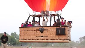Ballons à air chauds dans Bagan banque de vidéos