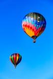 Ballons à air chauds dans le bleu Photos stock