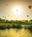 Ballons à air chauds dans le ciel images stock