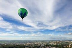 Ballons à air chauds dans le ciel photos stock
