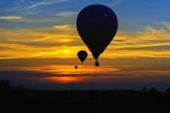 Ballons à air chauds dans le ciel photos libres de droits