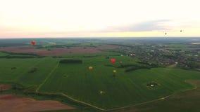 Ballons à air chauds dans le ciel au-dessus d'un champ Images libres de droits