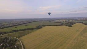 Ballons à air chauds dans le ciel au-dessus d'un champ Photo stock