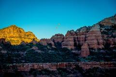 Ballons à air chauds de lever de soleil près de Sedona, Arizona image stock