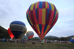 Ballons à air chauds en soirée Image libre de droits