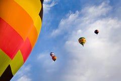 Ballons à air chauds et ciel bleu avec des nuages au-dessus du Nouveau Mexique Image libre de droits