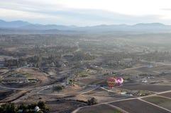 Ballons à air chauds montant à travers la vallée photo stock