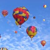 Ballons à air chauds multicolores avec le fond de ciel bleu photos stock