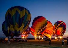 ballons à air chauds rougeoyants la nuit Photo libre de droits
