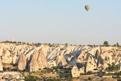 Ballons à air chauds volant au-dessus de Cappadocia, Turquie images libres de droits
